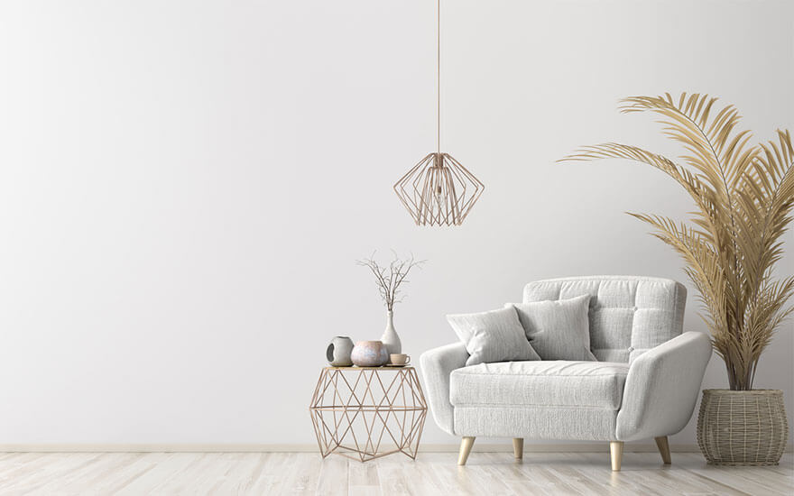 salon avec un mur blanc et de la decoration